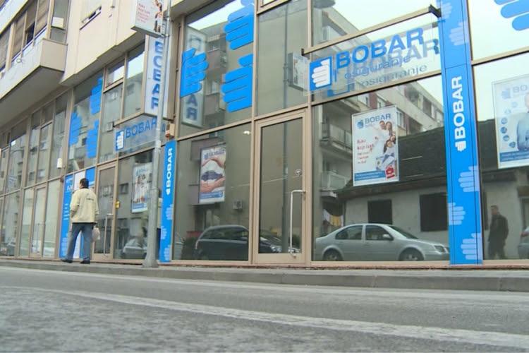 """Skupština akcionara """"Bobar osiguranja"""" Bijeljina donijela je odluku da se ovo osiguravajuće društvo može zadužiti za pet miliona maraka, kod Bor banke Sarajevo, uz prethodno pribavljenu saglasnost Agencije za osiguranje RS"""
