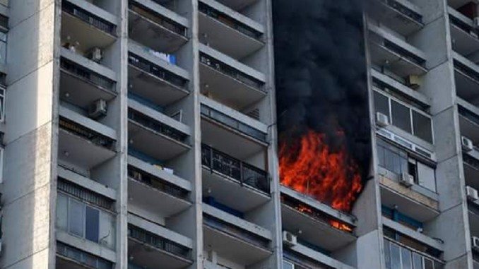 Zgrada zahvaćena požarom, u Zemunu